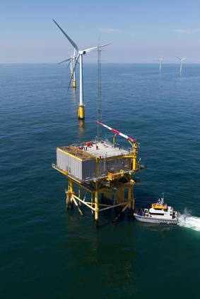 Boat transfer to substation in offshore windfarm, Boottransfer zu einem Umpspannwerk eines Offshore Windparks